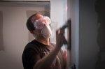 człowiek remontujący mieszkanie