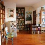 mieszkanie z książkami